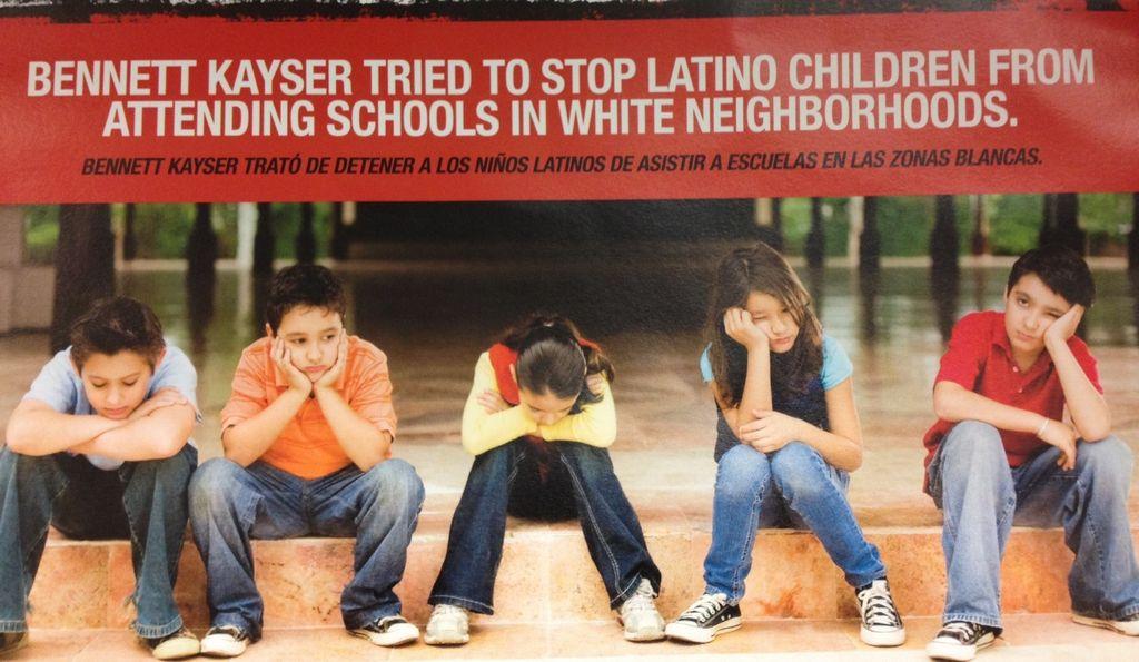 Folleto posiciona a niños latinos al centro de batalla electoral