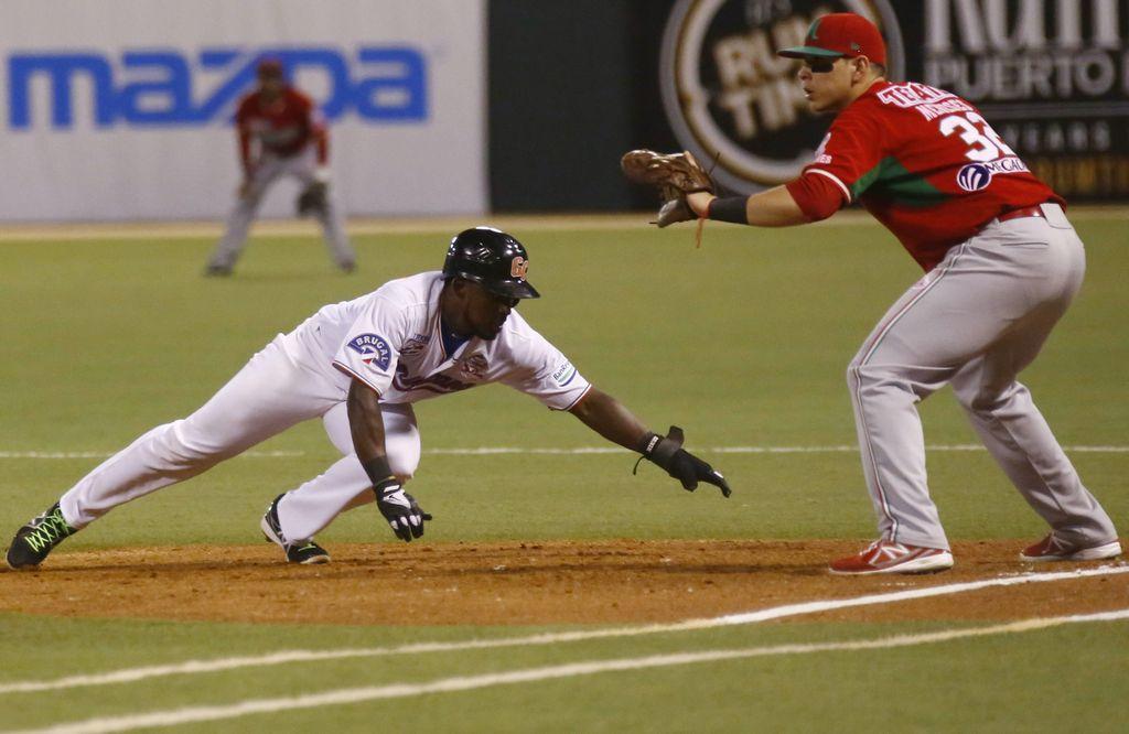 Elián Herrera, quien aquí regresa a la primera base en una revirada del pitcher, fue el héroe dominicano.