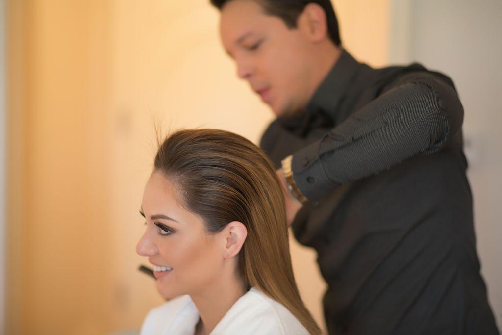 El estilista Marcos Carrasquillo peina a la presentadora Patricia Zavala con el estilo 'wet look', para su desfile por la alfombra roja de los Golden Globe 2015.