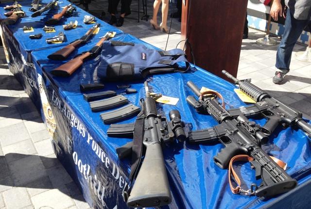 Decomisan rifles de asalto a pandilleros de Pacoima