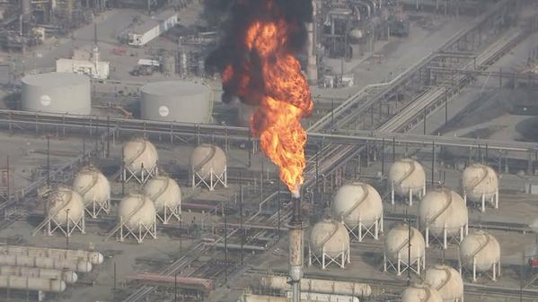 Explosión en refinería petrolera de Torrance deja tres heridos (video)
