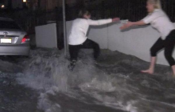 Casi 100 mil galones de agua inundan las calles de Hollywood (video y fotos)