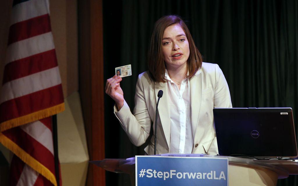 María Gómez, beneficiaria de DACA, muestra su liencia adquirida por medio de la AB60 en California durante la presentación de #StepForwardLA en Los Ángeles el pasado 13 de febrero.