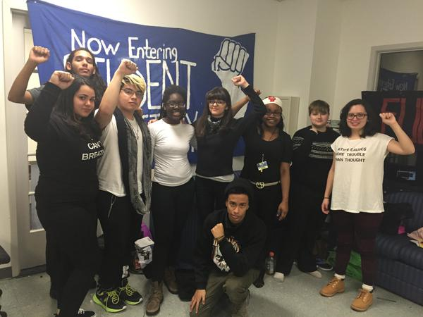 Estudiantes de Newark completan segunda noche de protesta
