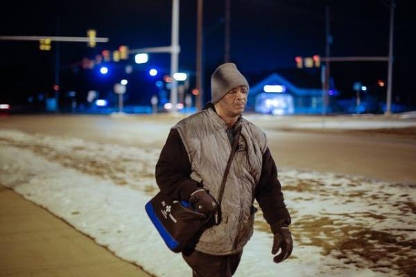 Hombre que caminaba 21 millas diarias a su empleo teme por su seguridad