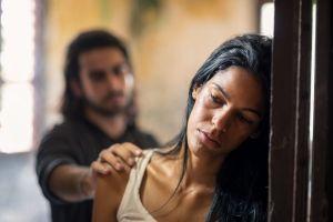 Descubre que su ex vive escondido en el ático cuando ve platos sucios en la cocina