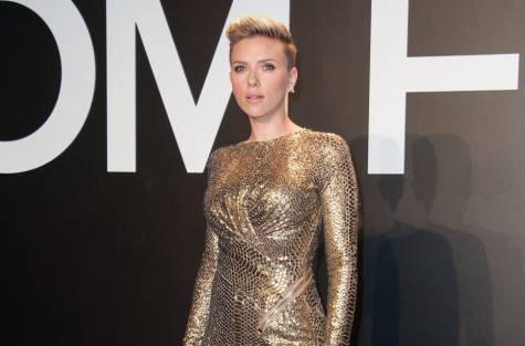 Scarlett Johansson y su vestido dorado en el desfile de Tom Ford