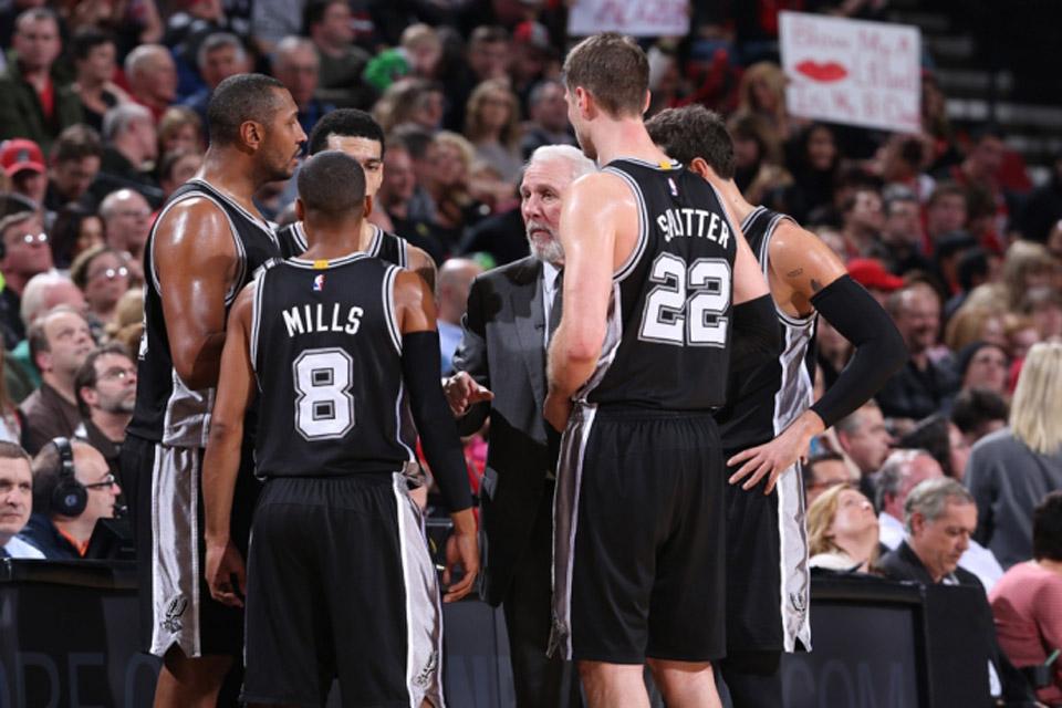 Gregg Popovich charla con los jugadores de los Spurs.