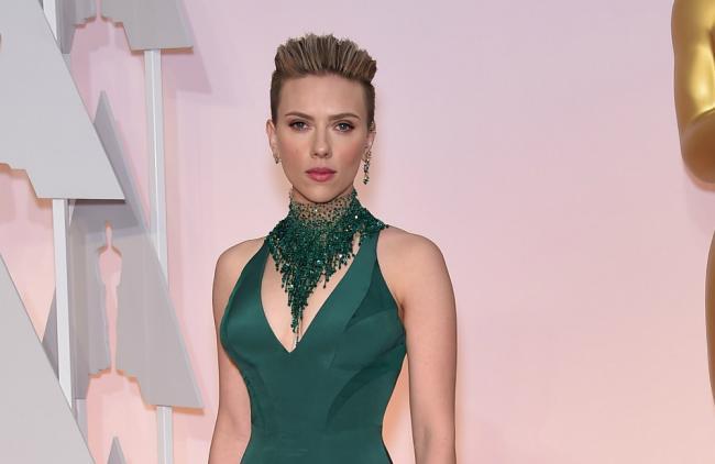 Scarlett fue sorprendida por John Travolta cuando posaba para los fotógrafos.