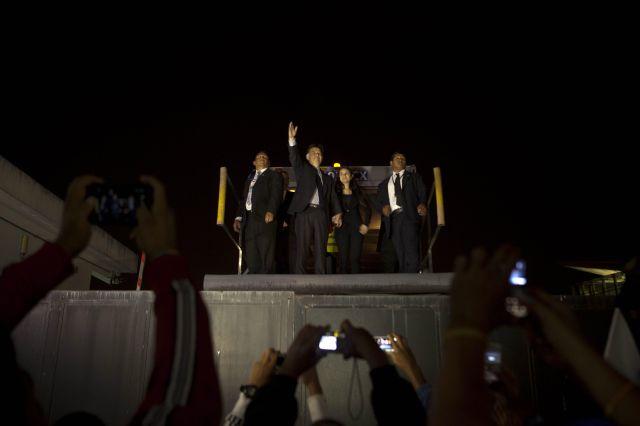 El expresidente guatemalteco Alfonso Portillo (2000-2004) saluda a simpatizantes a su regreso a Guatemala.