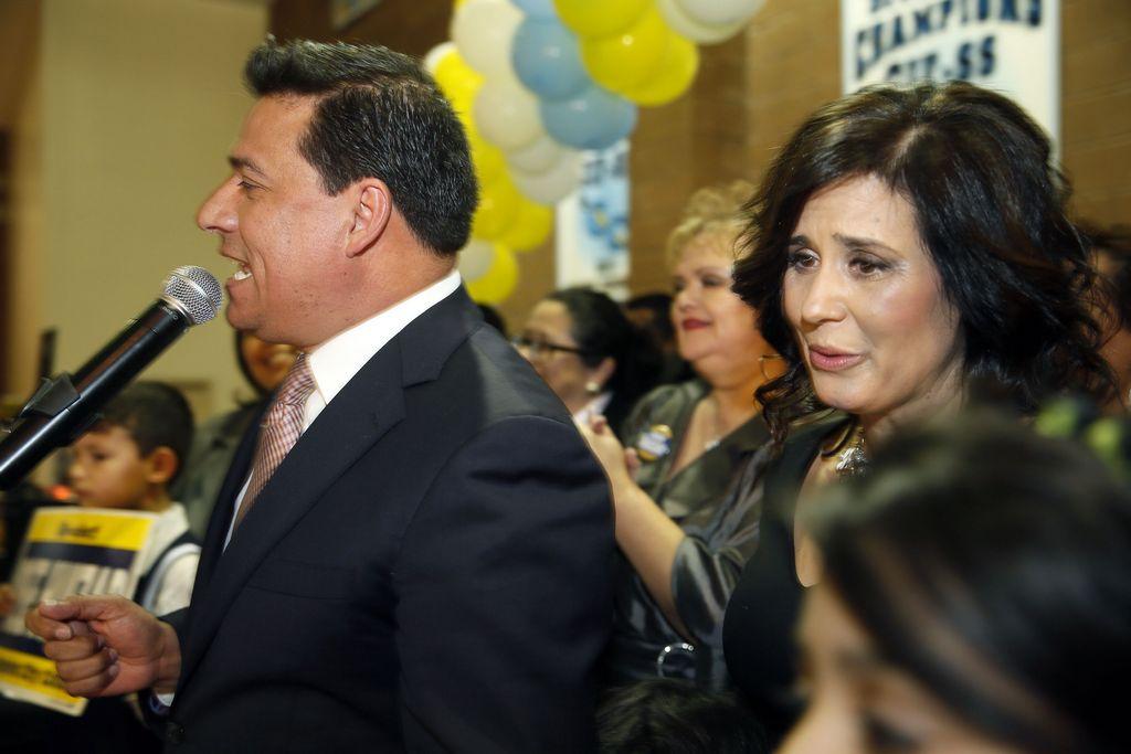 José Huizar ya festeja con sus seguidores su reelección para el Distrito 14 de Los Ángeles