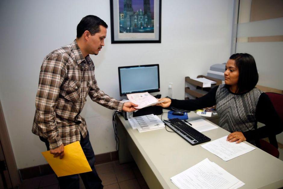 Angelinos tramitan actas de nacimiento en Consulado de México