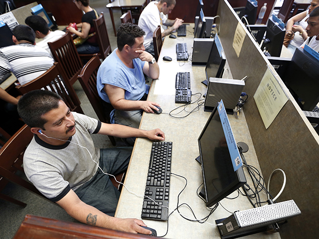 Los latinos de LA son la mayoría de los visitantes de las bibliotecas públicas.