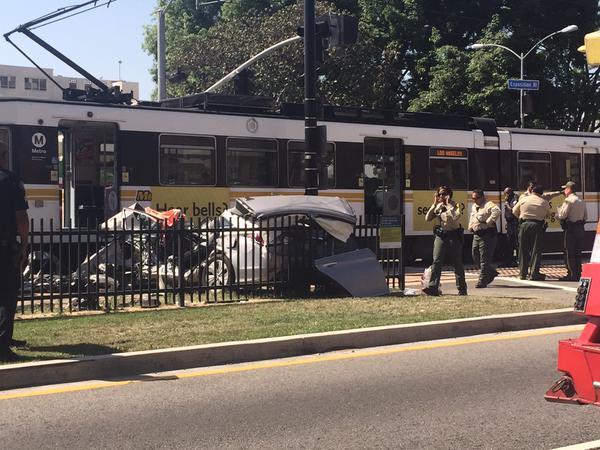 Una persona grave tras choque de autos y tren de Línea Expo