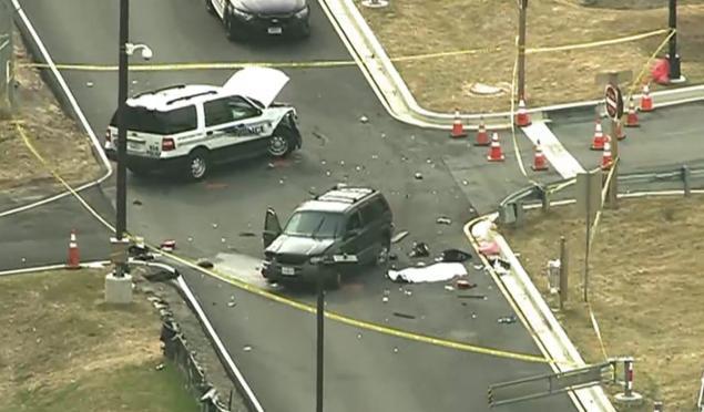 Imágenes de televisión muestran dos vehículos dañados por una posible colisión,