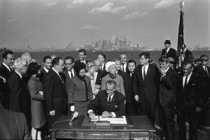 Congreso alentó inmigración ilegal con la ley de 1965, dicen expertos