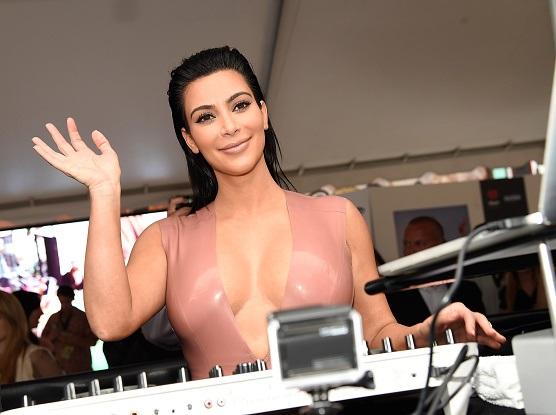 Kim Kardashian vuelve a desnudarse y muestra su avanzado estado de embarazo.