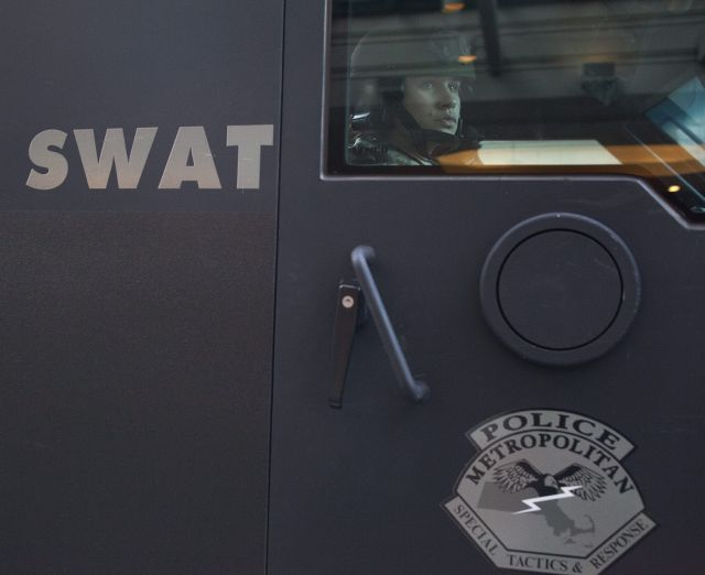 Tiroteo entre sospechoso atrincherado y SWAT en mansión en Pacific Palisades