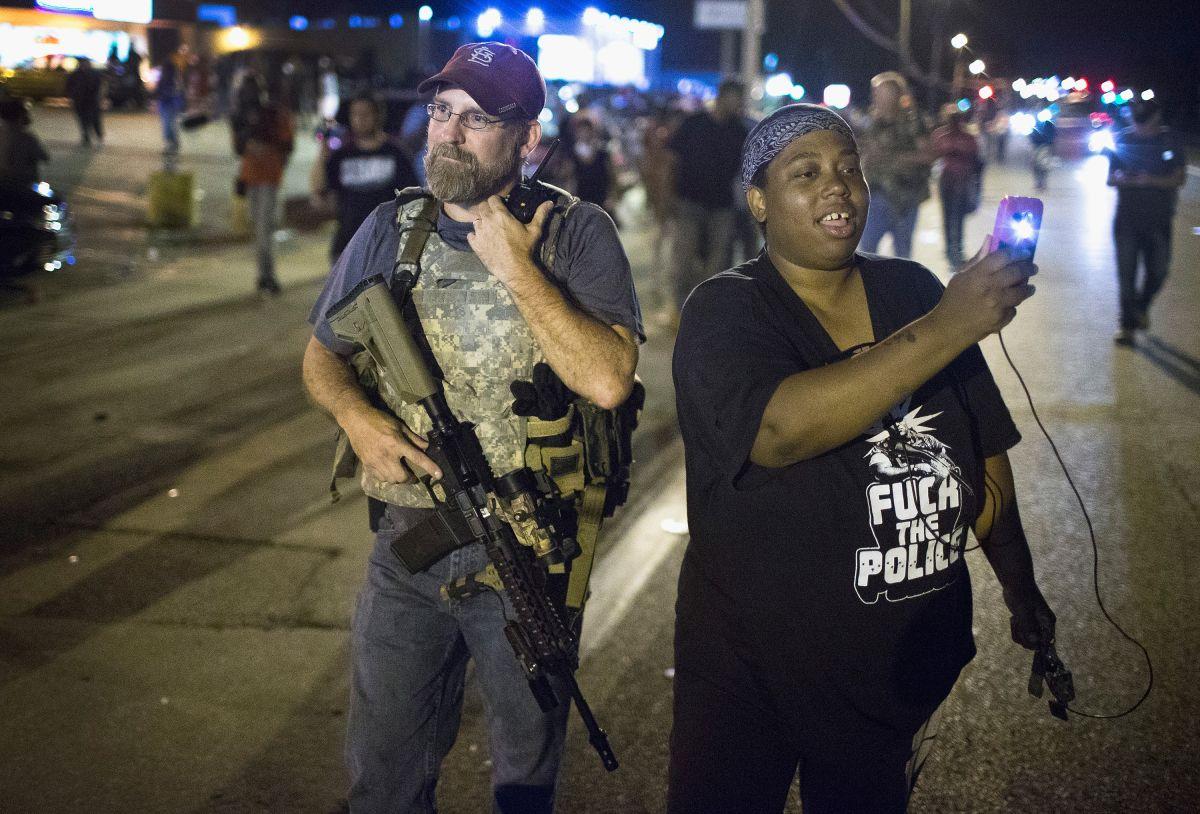 Un manifestante en Ferguson confronta a un integrante de los Oath Keepers, un grupo armado de civiles.