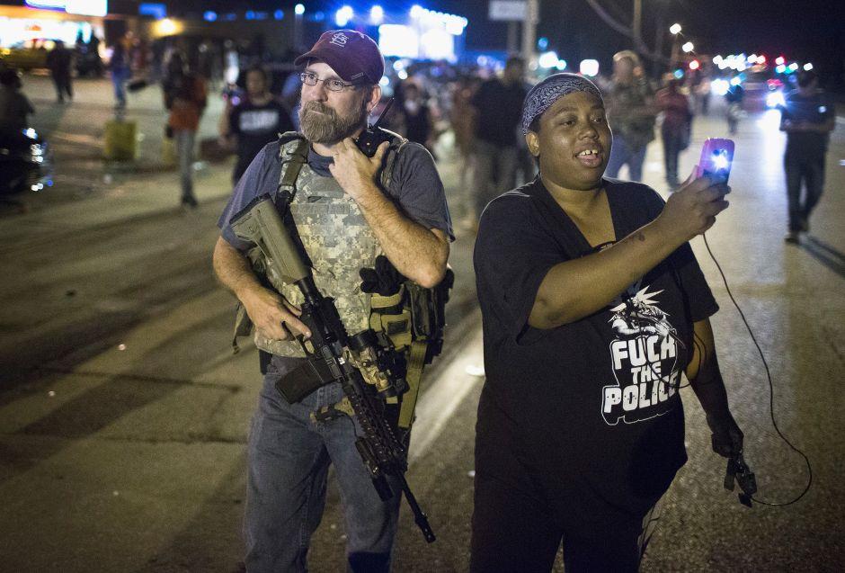 Civiles blancos, armados, intimidan en Ferguson