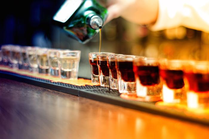 Nueva ley propone que bares puedan servir alcohol después de las 2 a.m.