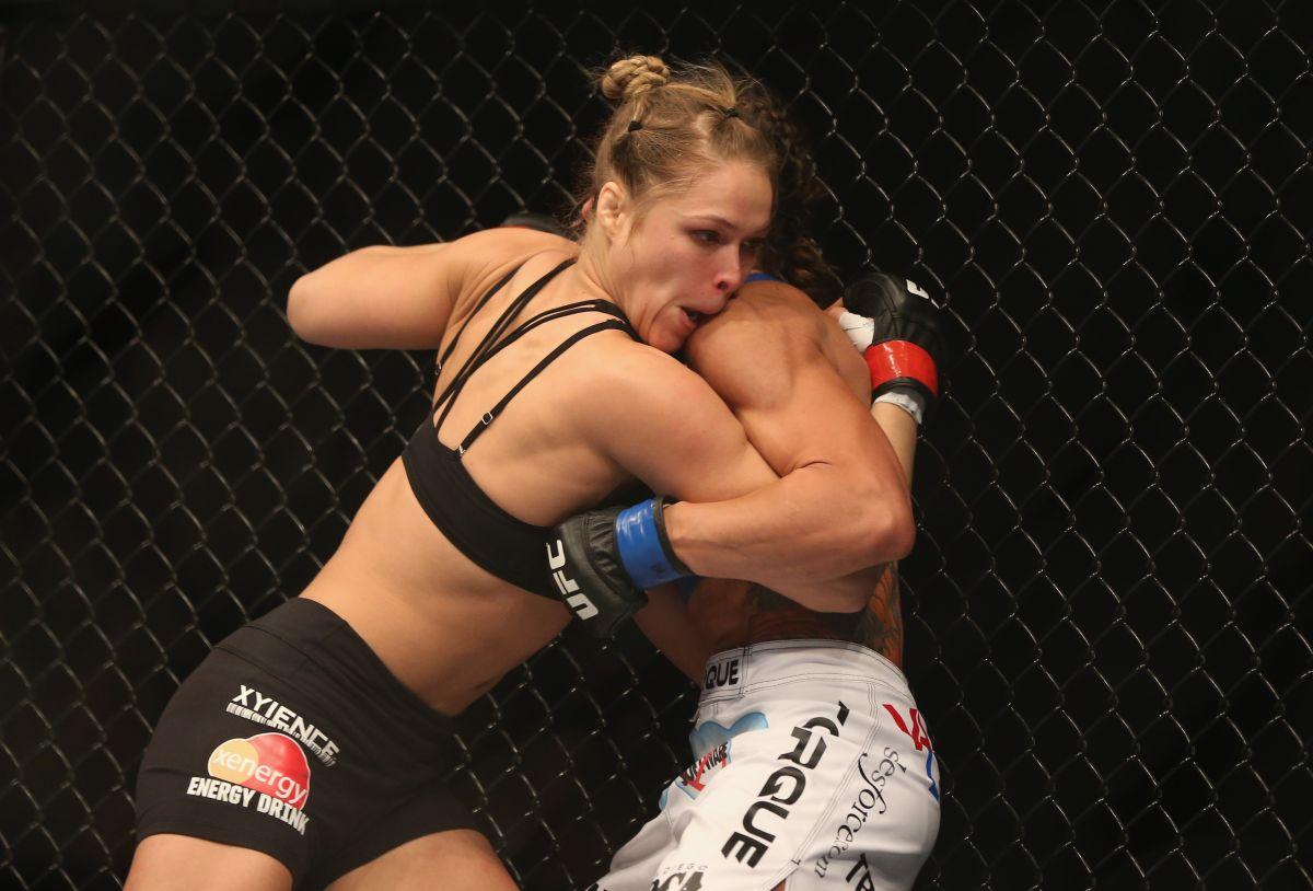 La luchadora Ronda Rousey (izq.) ha tenido que vencer también fuertes golpes en su vida personal / Getty Images