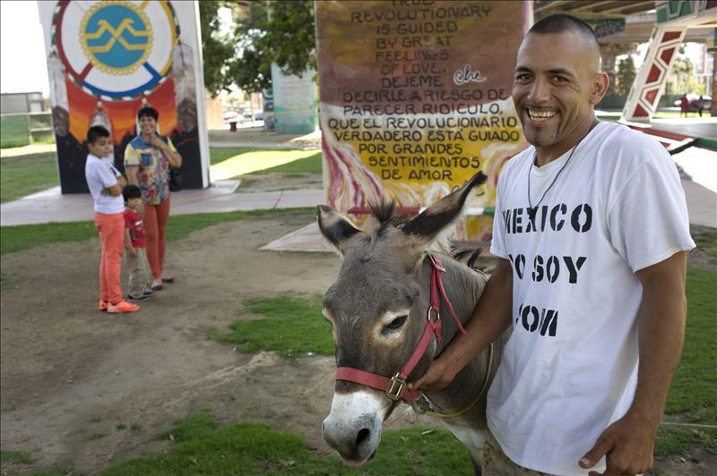 Un veterano latino y su burro recorren EEUU para destacar la importancia del voto latino
