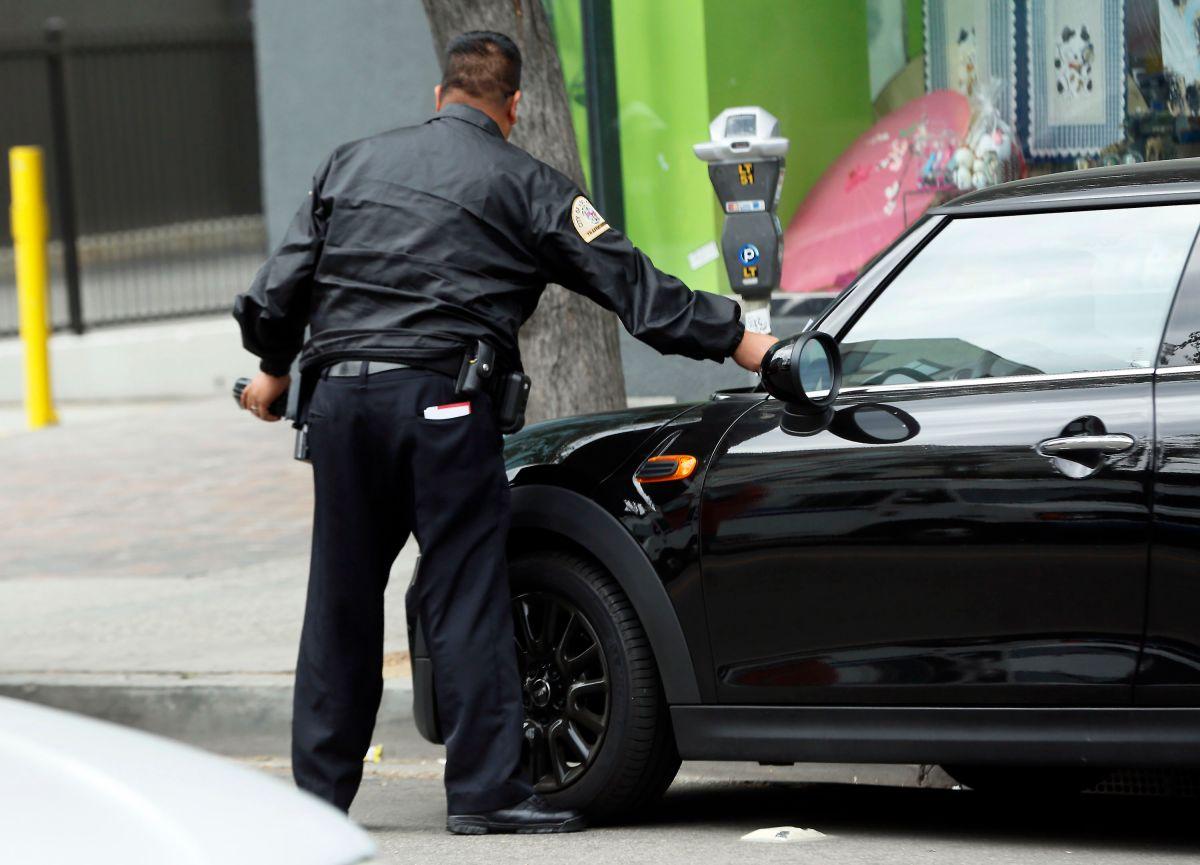 Enfurecidos por multa de estacionamiento, atacan a policía y lo mandan al hospital