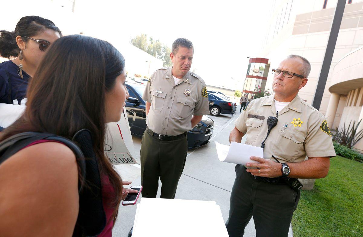 El sargento Brian Doyle y el capitán Shaun Mathers recibieron la misiva firmada por 77 organizaciones para el sheriff Jim McDonnell.