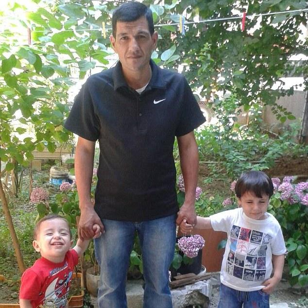 Galip (a la derecha), 5, y Aylan Kurdi (izquierda), 3, junto a su padre Abdullah, sobreviviente de la tragedia