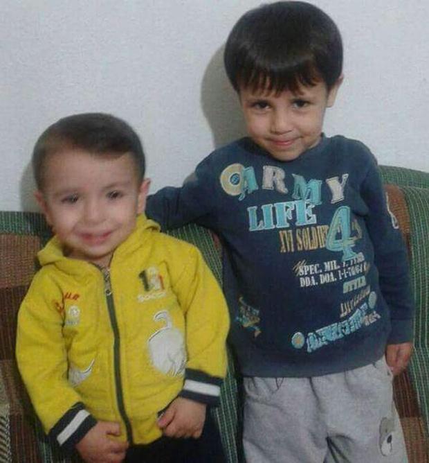 Aylan Kurdi, a la izquierda, con su hermano mayor, Ghalib. Foto: Twitter