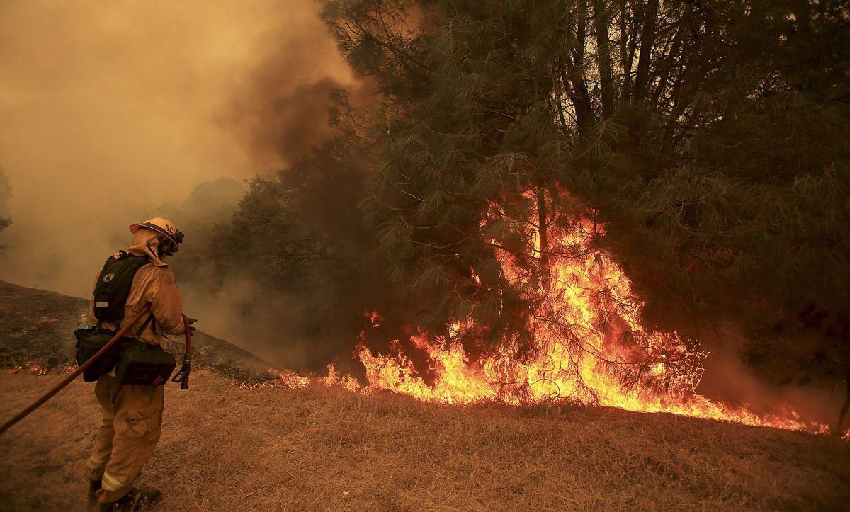 Incendios en norte de California dejan un muerto y arrasan 61,000 acres