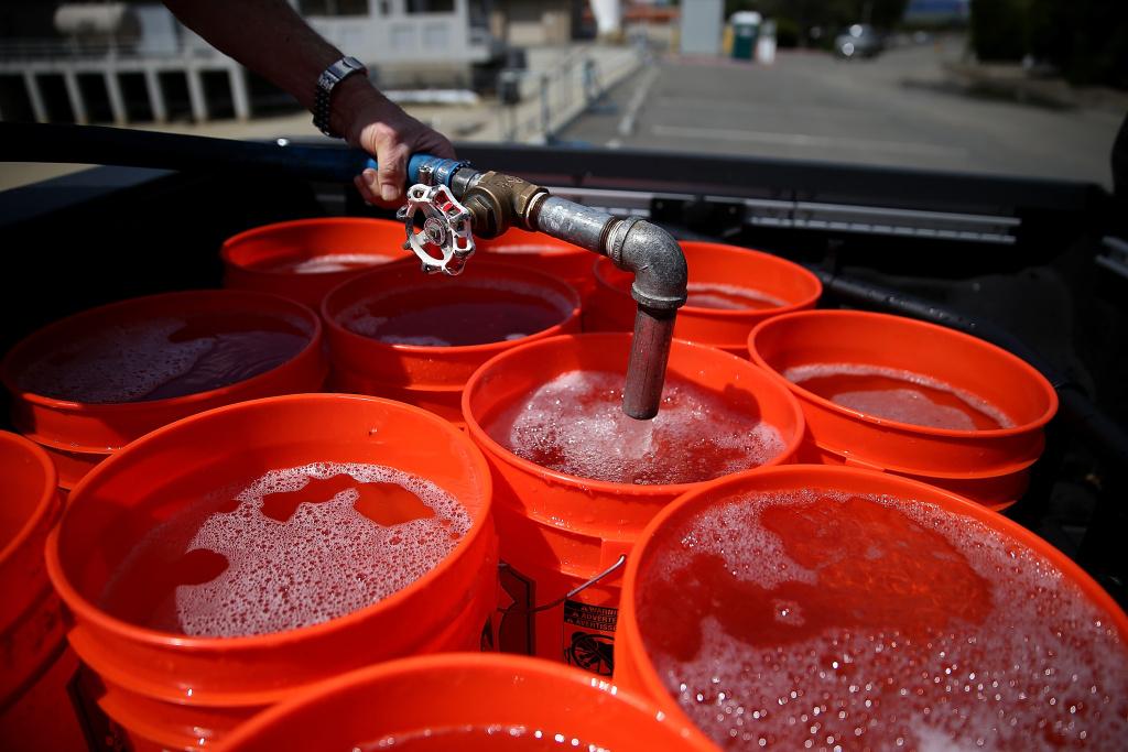 En Burbank regalan agua en tiempos de sequía