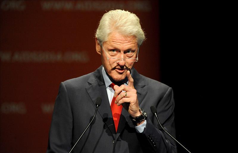Bill Clinton acusa republicanos y prensa de inflar polémica contra su esposa