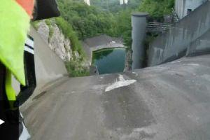 Ciclista desafía la muerte al descender por la pared de una represa