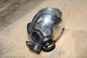 Aerolínea prohíbe volar a pasajero por llevar máscara de gas que asusta a otros viajeros