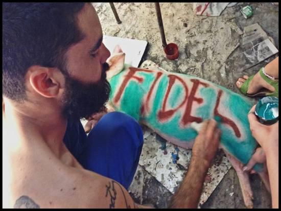 """El artista lleva casi un año en prisión por pintar los nombres """"Raúl"""" y """"Fidel"""" en dos cerdos."""
