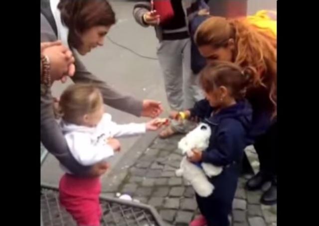 VIRAL: El conmovedor gesto de una niña alemana con una niña siria refugiada (VIDEO)