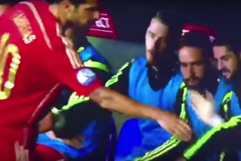 Fábregas le negó el saludo a David de Gea (VIDEO)