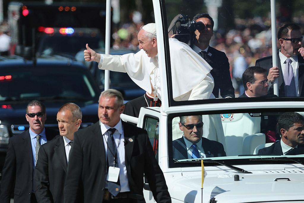 El Papa Francisco saluda al público cerca del National Mall en Washington, DC.