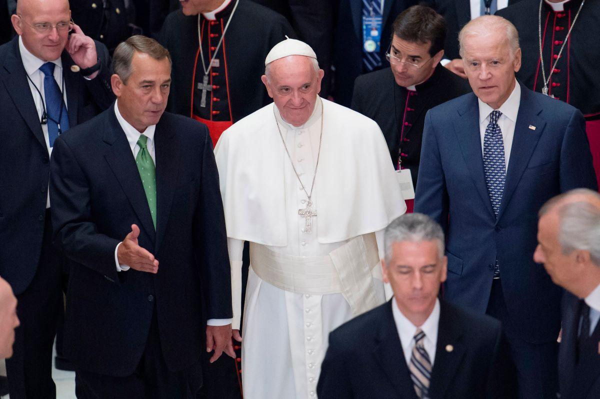 El Papa Francisco escoltado por John Boehner, líder de la Cámara, y el vicepresidente Joe Biden.