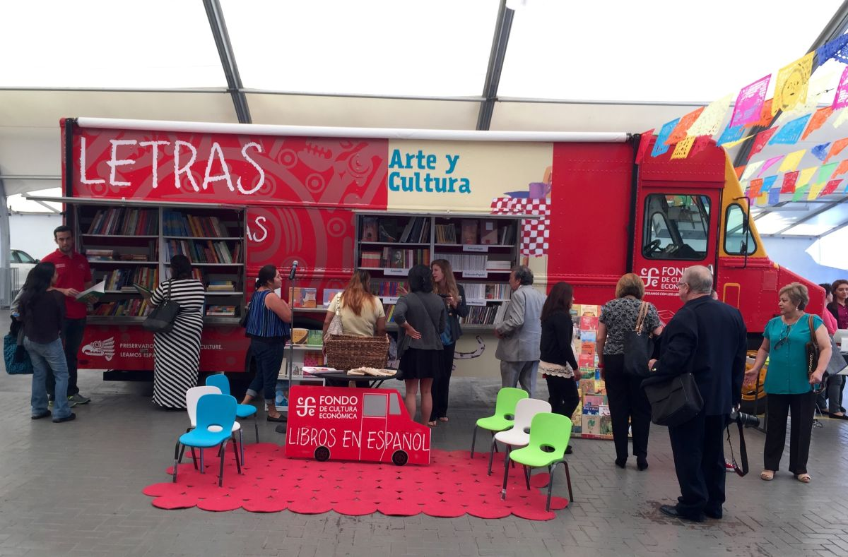 Libros en vez de tacos, llegan las librerías sobre ruedas a Los Ángeles