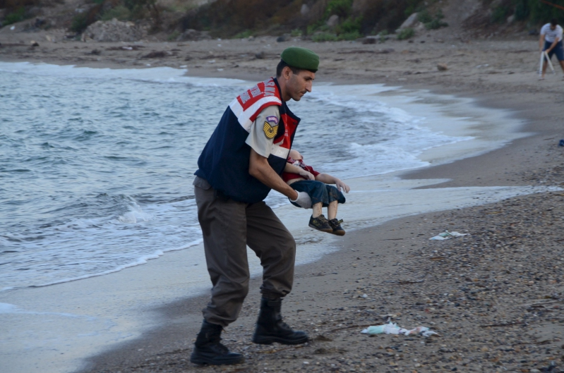 La imagen de un niño sirio muerto muestra el drama migratorio en Europa (VIDEO)