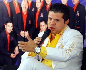 Le llueve a Jorge Medina de la Arrolladora Banda El Limón en Twitter