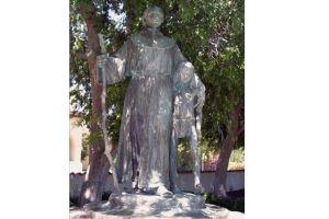 Pintan un duro mensaje sobre la estatua de Junipero Serra en el Valle de San Fernando