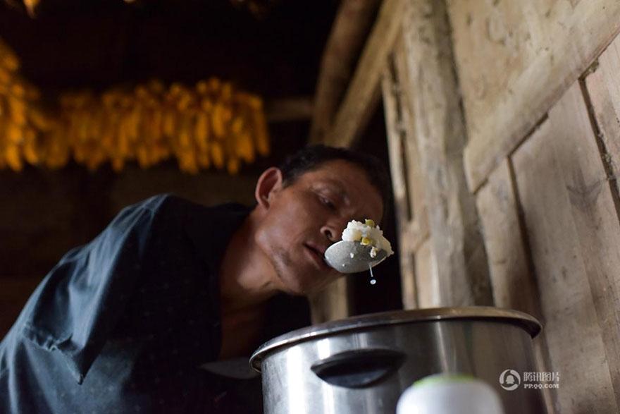 VIRAL: Cómo este hombre sin brazos alimenta a su madre