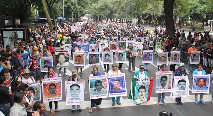 Padres de los 43 encabezan la marcha en Ciudad México.