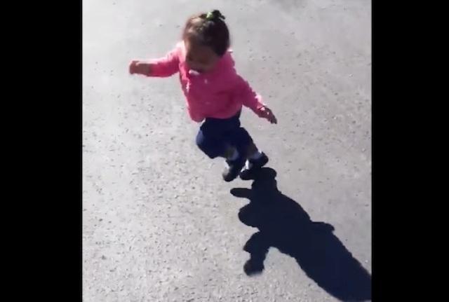 Adorable niñita se espanta al ver su sombra e intenta huir de ella (VIDEO)