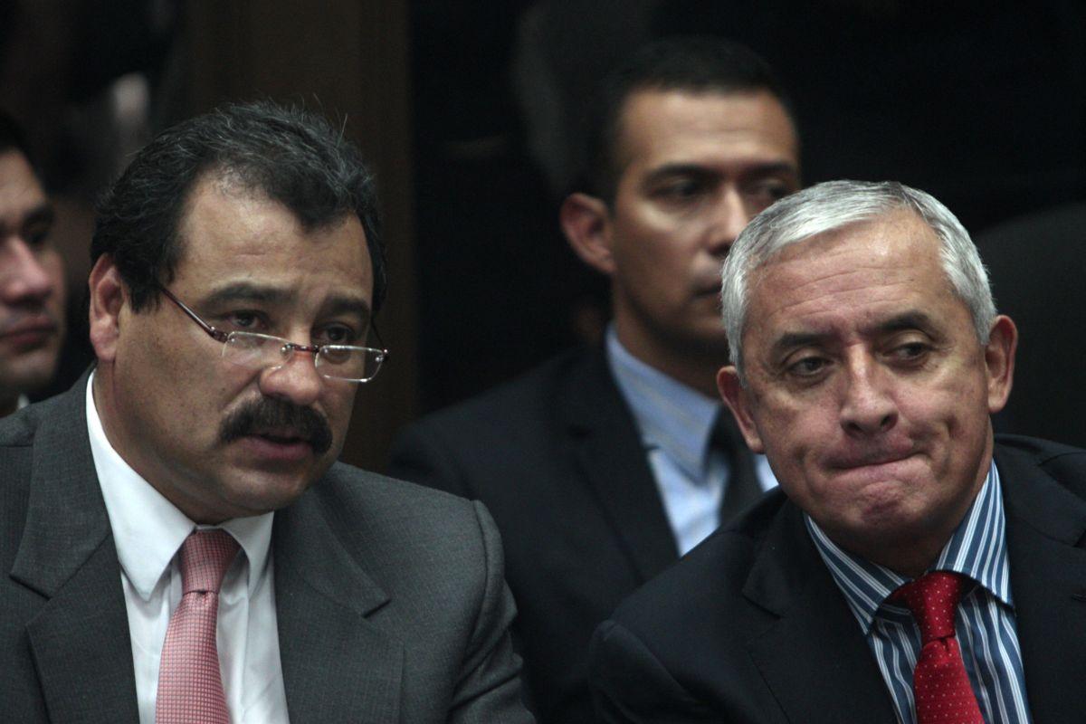 El presidente de Guatemala Otto Pérez Molina (d) asiste con su abogado César Calderón (i) a una audiencia de primera declaración en un juzgado de Ciudad de Guatemala.