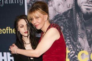 Hija de Kurt Cobain se casa en secreto y no invita a su mamá